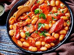 Боб яхния със суджук или наденица изпечен на фурна, домати, сушени чушки - снимка на рецептата
